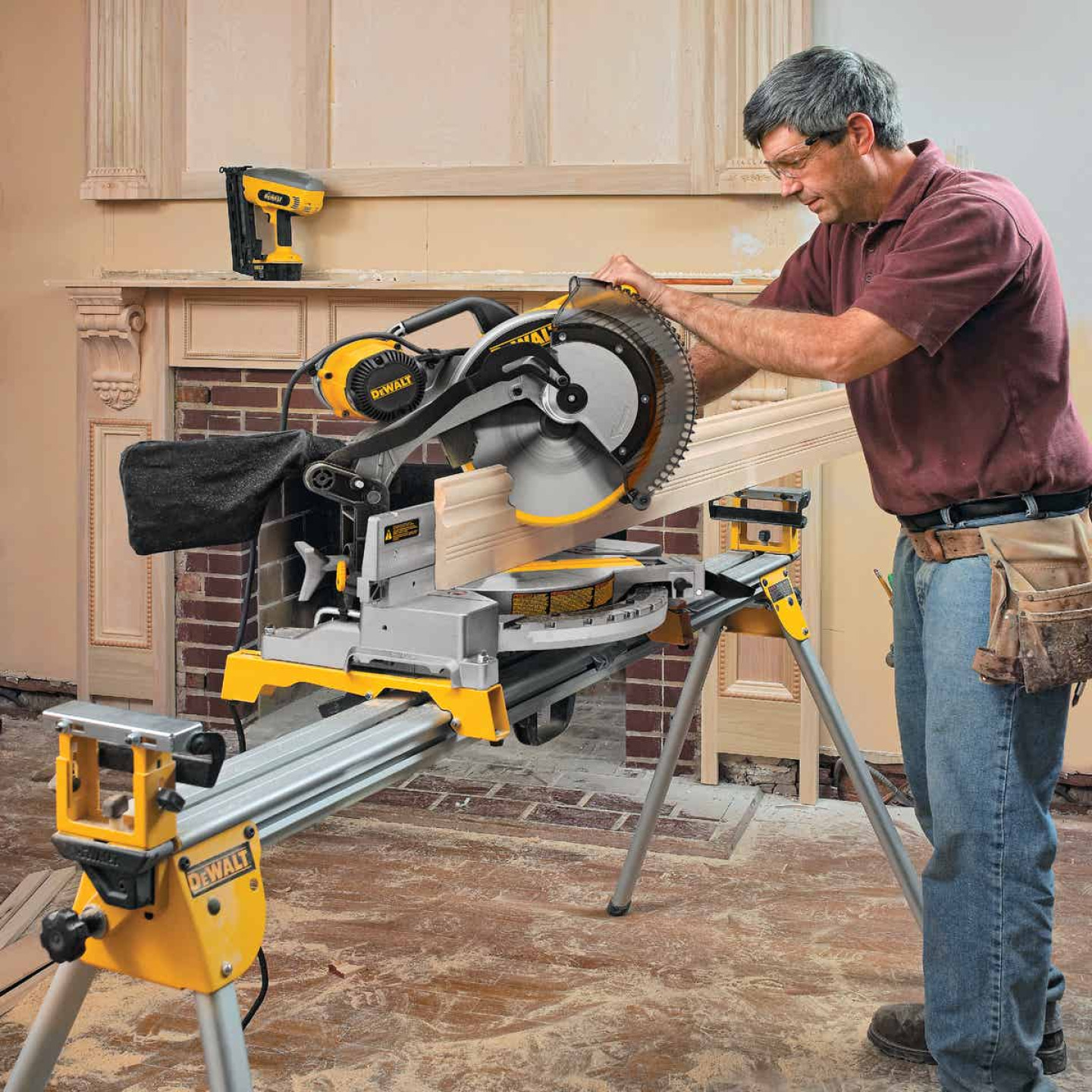 DeWalt 12 In. 15-Amp Dual-Bevel Compound Miter Saw Image 3